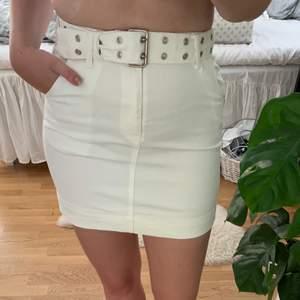Fin kjol från nakd som tyvärr blivit lite förliten, använd kanske 5-6 gånger och bältet tillkommer till kjolen! Bjuder på frakt. Har på mig svarta trosor för ni ska se hur genomskinlig kjolen är! Ljusa trosor syns ej!