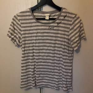Randig lite större T-shirt som är använd fåtal gånger. Skrynklig på bilden 😅 Väldigt snygg till ljusa jeans eller att knyta upp☺️ Köparen står för frakten☺️