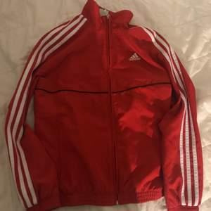 En jättefin röda jacka som passar perfekt till när det regnar.🌧