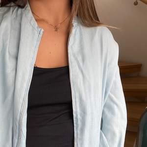 Snygg jacka i jeansfärg från Zara i strl XS. Använts några gånger men i fint skick! Super till sommaren!