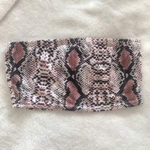 Aldrig använd, bara testad! Snygg bandeau i snake print från boohoo 🐍 i storlek 38, skulle säga att den passar en XS-S. Dm för mer info/bilder. Frakt på 22 kr tillkommer