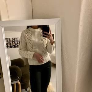 Jättemjuk stickad tröja från Levis. 67% ull, inte det minsta stickig! Vintervit med dekorativ stickning fram samt på ärmarna.