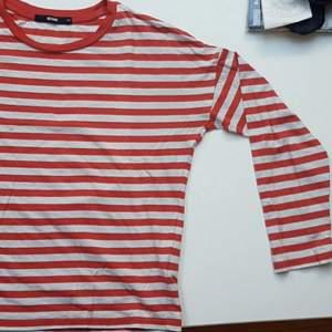 Orange-vit-randig långärmad tröja får bikbok. Är i XS men passar oxå S.