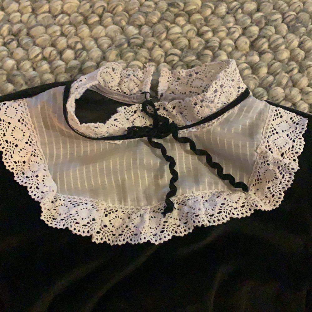 Cool goth/maid klänning i storlek S, svart plysch och vit spets krage. Start bud 50 kr. Klänningar.