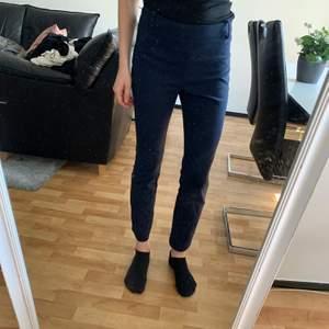 Marinblå kostymbyxor från Zara, mycket fint skick. Använda en gång, storlek 34. Skickas mot fraktkostnad eller avhämtning Stockholm.