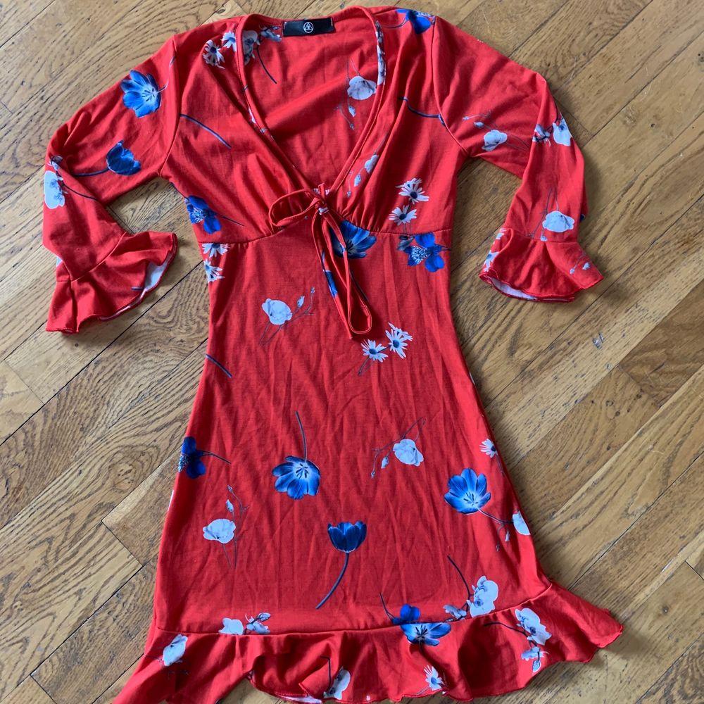 Fin klänning från Missguided. Nytt skick och aldrig använd. Skulle säga att den är ganska liten i storleken och passar mer en 32/XXS. Klänningar.