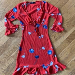 Fin klänning från Missguided. Nytt skick och aldrig använd. Skulle säga att den är ganska liten i storleken och passar mer en 32/XXS