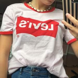 Helt ny och oanvänd levis t-shirt i väldigt fin ljusrosa färg💕snygga röda detaljer som märket och armarna❤️köpt för 399kr, storlek S