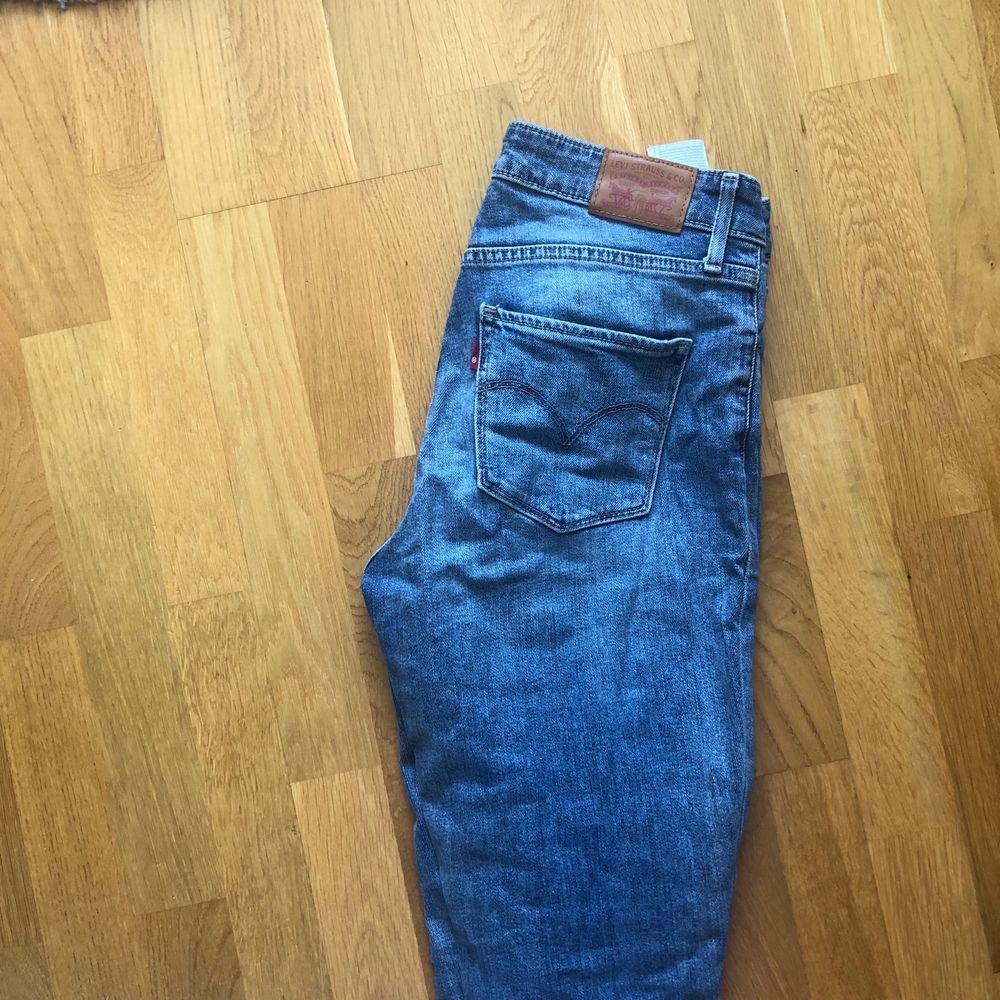 Levis jeans, modell 721. Sparsamt använda, kanske 3-5 ggr. Kan mötas upp i Sollentuna! Nypris 999 kr. Jeans & Byxor.