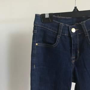 Mörkblå bootcut jeans som köptes för cirka 250kr och säljes för 60kr då jag inte använder dom så mycket längre. Köptes från Bubbleroom och är från märket 77flea. Köparen står för frakt och priset skulle kunna diskuteras💕