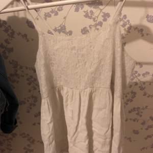 Fint somrigt linne med spets över bysten. Ganska väl använd, därav det billiga priset. Frakt 22kr