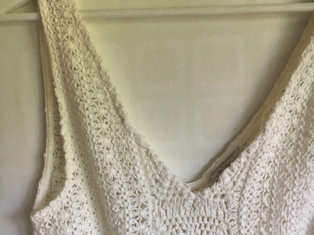Supergullig vit virkad sommarklänning från Zara. Säljer för att den inte har kommit till användning, den är endast använder gång så helt i nyskick! (Ljuset på bilden gör att den ser lite gul ut, mensen är helt vit!!) Kan mötas upp i Lund elr posta:). Klänningar.