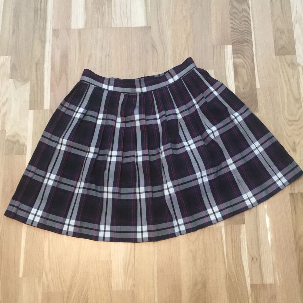 Jättesöt rutig kjol från monki som tyvärr inte kommer till användning längre! Jag kanske har använt den 1-2 gånger och den är i perfekt skick! Frakt ingår i priset. Kjolar.