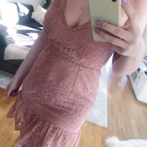 Rosa spetsklänning från Love Triangle. Använd 1 gång. Nypris 499 kr.