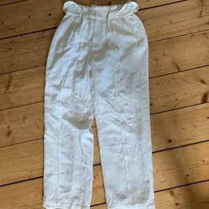 Fina vita byxor från Bikbok som inte använts då dom är för långa, jag är 152, dom är i fint skick och frakt tillkommer