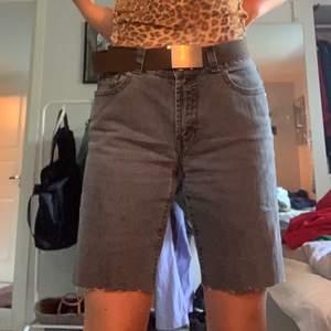 Supercoola jeansshorts i grått/svart (färgen syns bäst på sista bilden). Brodering i svarttråd på bakfickan💫 passar mig som är s men skulle nog passa en M eller en XS om man har skärp.