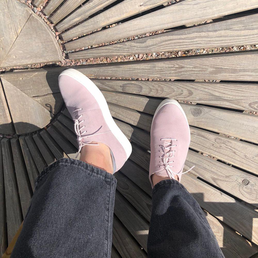 ljusrosa vagabond läder-sneakers med vit sula & vita skosnören i nyskick! endast använda fåtal gånger så ser ut som nya förrutom det lilla smutsiga som syns på 2a bilden (ska gå bort mes vanlig skorengöring). . Skor.