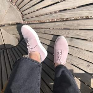 ljusrosa vagabond läder-sneakers med vit sula & vita skosnören i nyskick! endast använda fåtal gånger så ser ut som nya förrutom det lilla smutsiga som syns på 2a bilden (ska gå bort mes vanlig skorengöring).