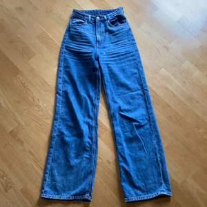 Snygga wide leg jeans från h&m i storlek 34. De är i bra skick. Passar perfekt både i midjan och längden på mig som är 168!