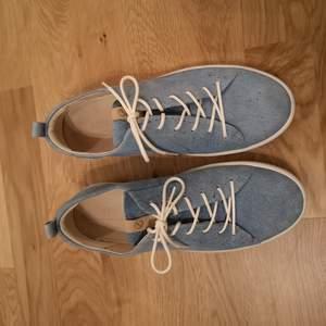 Sparsamt använda Ecco skor. Blått läder med vita sulor.