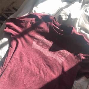 Snygg höstig Levis t-shirt i storlek S. Använd cirka 1 gång. Har en fin passform och är otroligt bekväm. Nytt pris 249kr