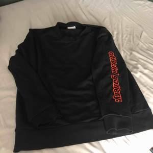 OFFICIAL GALLERY sweater, knappt använd