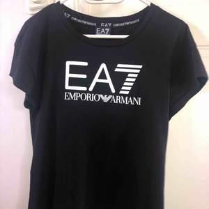 Äkta Armani t-shirt, använd högst 2 gånger då den var för stor för mig. Köpt för 500+ kr, pris kan diskuteras! 💗