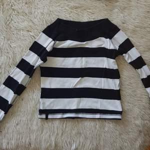 Gullig randig tröja från Kappahl Riktiga sjömän vibbar ! Randigt är inne! Kan användas över tshirt också för en cool edgy vibe Möts i Stockholm eller fraktar