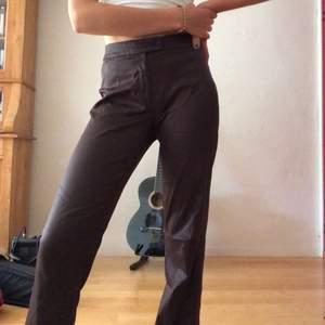 Riktigt snygga glansiga byxor i brunt! Materialet är väldigt lätt och stretchigt och som sagt dom är glansiga! För mig som är 167cm är dom ganska långa i benen. Köpare står för frakt💗