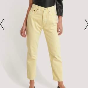 Super fina ljusgula jeans! Dem är super snygg och verkligen drömmen men dem satt lite för tajt för mig om vanligtvis är en 38/40 så dessa är mer för en person som är en 36/38! Helt oanvänd då dme inte passade när jag fick hem dem💕 frakt tillkommer
