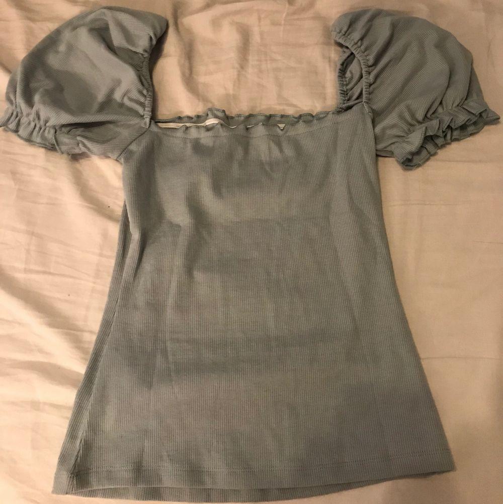 Säljer 3 st oanvända puffärmar tröjor från shein. Storlekarna på tröjorna är M, passar en person som är mellan S/M. Säljer paket pris 200 ink frakt. . Toppar.
