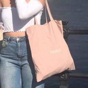 """Ljus rosa väska med """"taurus"""" print. Köptes i Sydkorea förra året och använd endast en gång innan och i fint skick."""