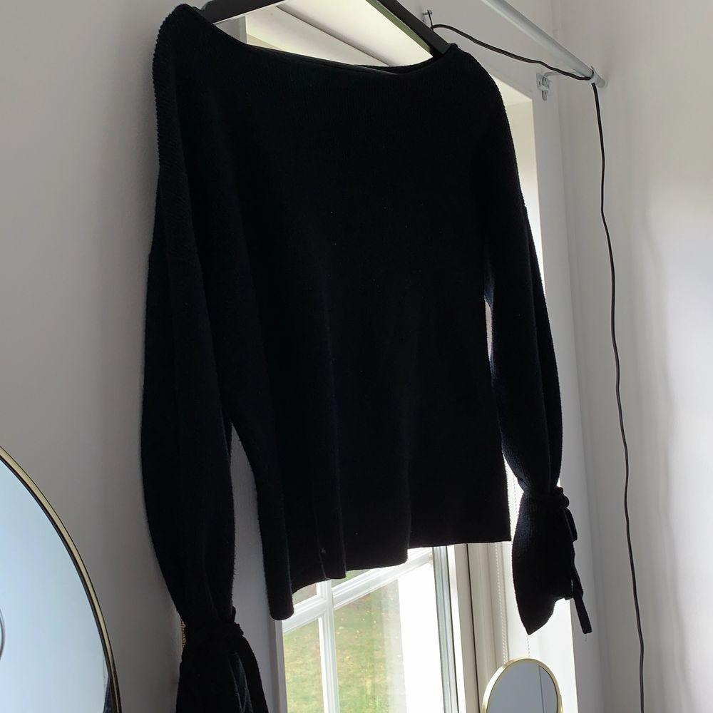Stickad tröja med vida ärmar, man kan knyta ärmarna där nere som en extra detalj. Säljer då den har använts väldigt mycket och jag har tröttnat på den. Bra skick, sparsamt använd. Lite oversize i storleken så den passar xs/s/m. Köpare står för frakt!✨. Stickat.