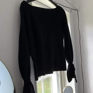 Stickad tröja med vida ärmar, man kan knyta ärmarna där nere som en extra detalj. Säljer då den har använts väldigt mycket och jag har tröttnat på den. Bra skick, sparsamt använd. Lite oversize i storleken så den passar xs/s/m. Köpare står för frakt!✨