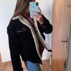 Manchester jacka ifrån Monki, köpt för 2 år sedan men kommer tyvärr inte till användning, jackan är marinblå och har teddymaterial inuti så perfekt till höst/vinter! Frakt ingår i priset 💙