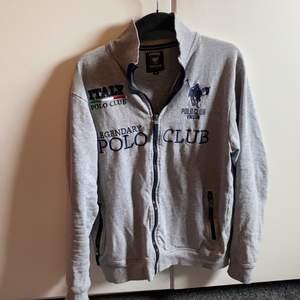 Ljus grå polo club Italy köpte den för 900 säljer den för 400 storleken är m