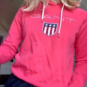 En röd hoodie från gant! Knappt använd så den är i väldigt bra skick😊 nypris 1099kr (på nelly). Säljer den för 250kr +frakt😙. Färgen är ungefär som på bild 1