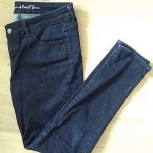Mörkblå stretchiga jeans från Levis i rak modell.