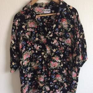 Blommig skjorta i vintage stil. Luftig och skön. Kan bäras av storlek S-L. Snygg att knyta där nere och göra en kortare modell av. Kan mötas i Stockholm för upphämtning.
