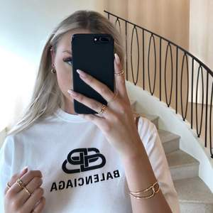 Intresse koll på min fina och äkta oversized svarta balenciaga t-shirt. storlek xs (väldigt bra skicka eftersom den är knappt andvänd) 🤍 ( int min bild :)))