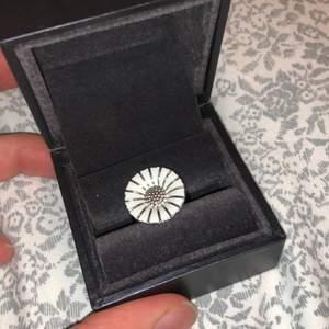 Säljer denna ring från georg jensen. Nypris ca 1700kr och knappt använd! Fick den i present så vet inte storleken men kan ta reda på det vid intresse❤️ Kan mötas upp eller frakta❤️