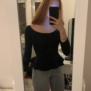 """Svart tröja med """"kjol"""". Den är både figursydd och bra kvalite. Knappt använd."""