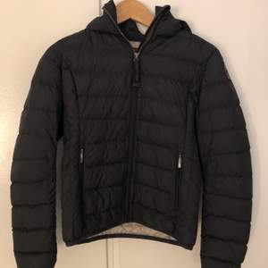 Säljer min superfina parajumpers juliet jacka. Köpt för ca 1 år sen för 3399kr. Kvitto finns! (pris kan diskuteras)