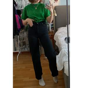 Snygga wideleged jeans ifrån Levis som är köpta för ca 1 år sedan. Har blivit gråare i färgen men är i fint skick.!  💜