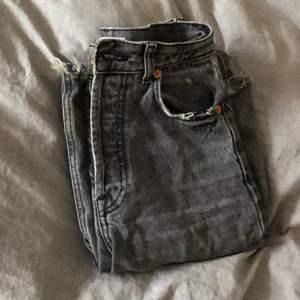 Snygga jeans i slutsåld modell. Avklippa för att passa mig som är 163cm, de nuddar precis marken. Skriv för flera bilder!