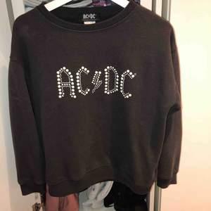 Säljer en ACDC tröja från zara i storlek 13-14 år, men passar en som har XS/S