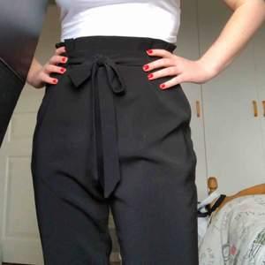 Så fina byxor, sparsamt använda i storlek s. Passar även mig som har storlek xs 💕