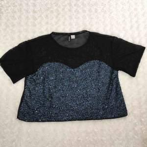 T-shirt från H&Ms Divided med blåa paljetter. Ryggen är helsvart i ett genomskinligt material.  Använd vid ett tillfälle.  Kan mötas upp alt. skicka.