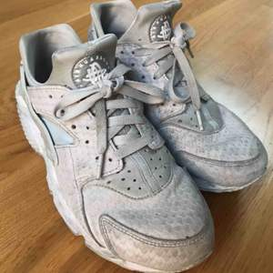 Säljer mina Nike Air Huarache i storlek 41 eftersom dom är lite för små. (Skulle säga att dom är 39-40)
