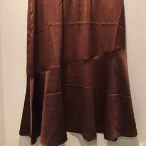 Super fin brun silkes kjol som jag köpte för bara några dagar sedan men insåg att den var lite stor på mig:/ i perfekt skick, som ny!frakten kan diskuteras men om någon vill köpa den fort så kan jag bjuda på frakten:3